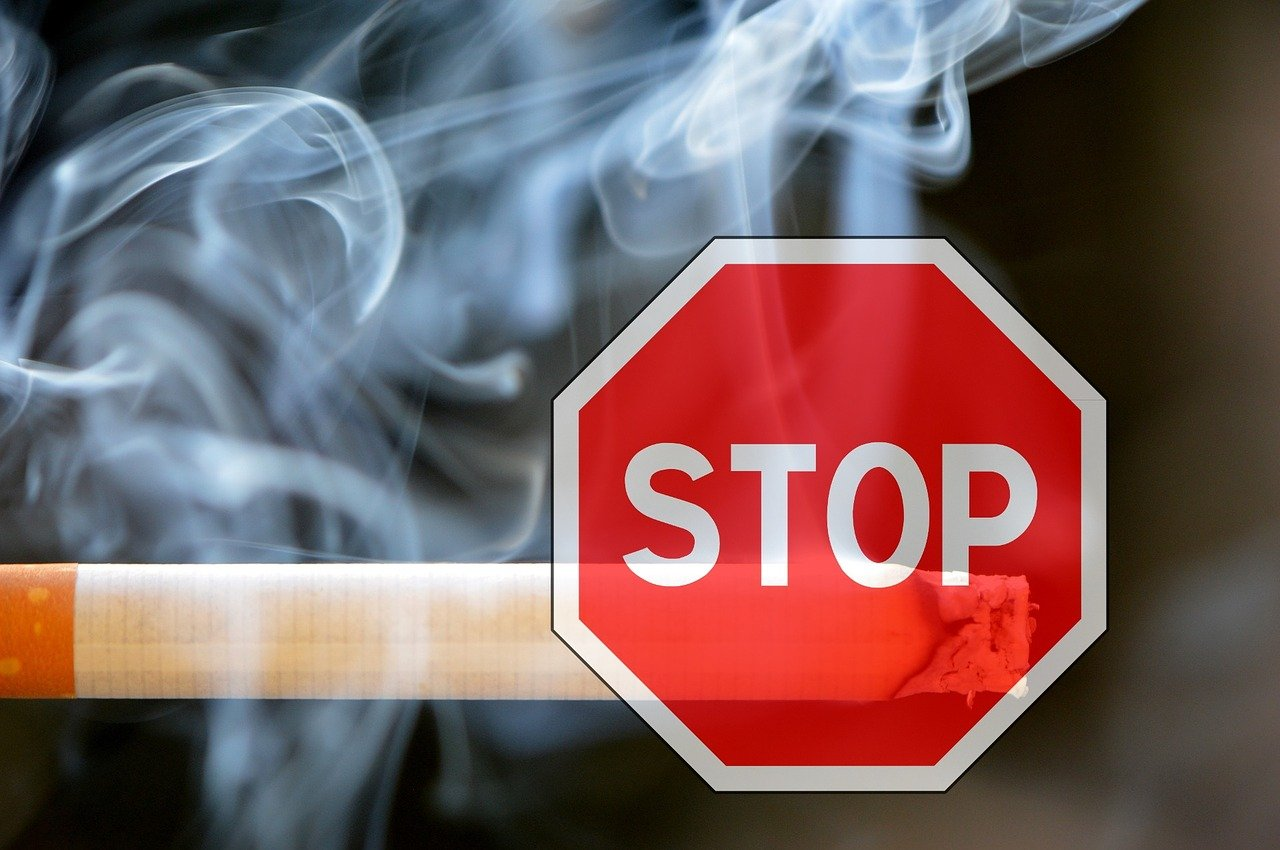 L'arrêt du tabac est une décision individuelle, donc pour arrêter de fumer définitivement, il faut le vouloir. L'hypnose est une technique efficace pour l'arrêt du tabac. Lorsque le fumeur, longtemps sous l'emprise de cette dépendance, prend sa décision, les séances d'hypnose l'aide à en terminer avec la cigarette. Ainsi, le fumeur percevra la cigarette comme inutile ou une nuisance dont il est la victime.
